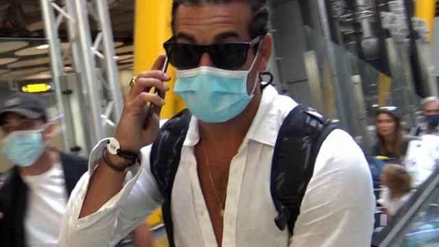 Mario Casas revoluciona Madrid con sus trenzas y su nueva imagen tras sus vacaciones familiares