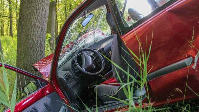 Un coche, tras chocar contra un árbol en una carretera. FOTO: Pixabay.