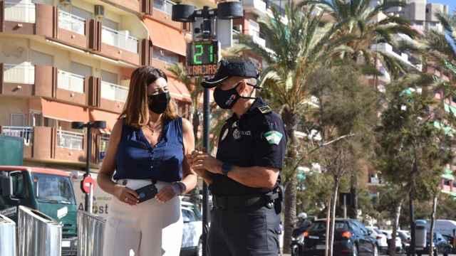 La concejala de Movilidad  y el intendente jefe de la Policía Local, en Fuengirola.