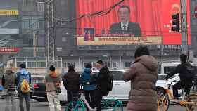 El primer ministro chino, Li Keqiang,  durante uno de sus discursos en una pantalla en Pekín. Efe