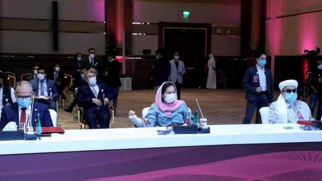 Fawzia Koofi en una reunión, con el brazo derecho escayolado por el intento de asesinato que sufrió en agosto de 2020.