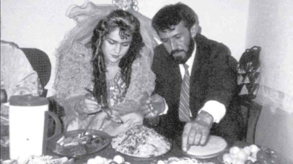 Fawzia y Hamid durante su boda en una foto extraída de su autobiografía 'Letters to my daughters'.
