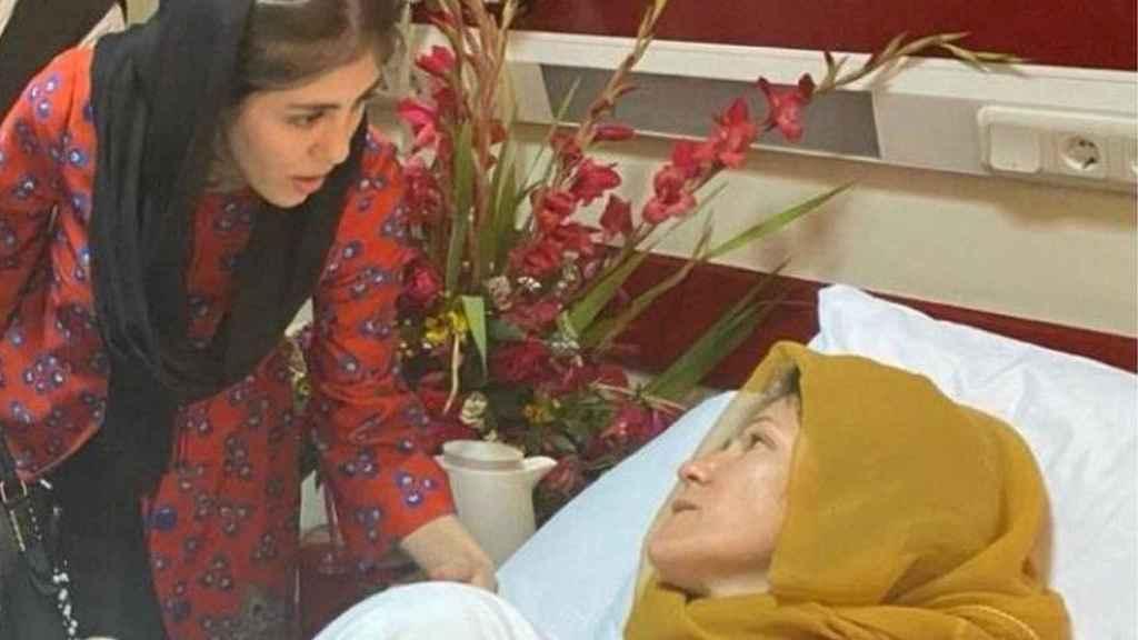 Fawzia con su hija Shuhra en el hospital, después de haber sufrido un atentado.