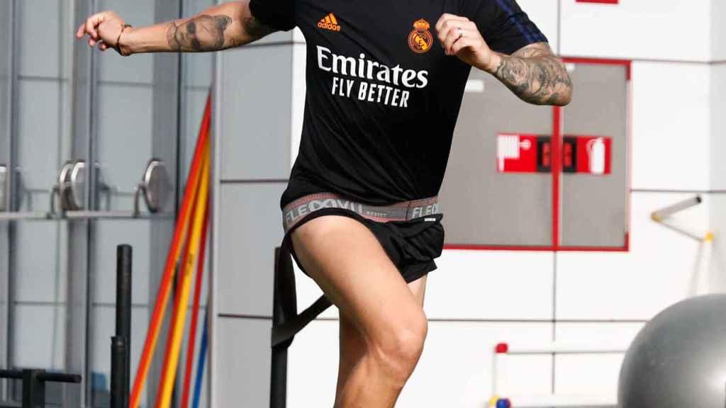 Toni Kroos entrenando en el interior de la ciudad deportiva
