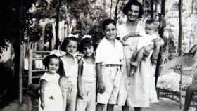Carmen Laforet, junto a sus cinco hijos.