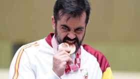 Juan Antonio Saavedra muerde su medalla de bronce en la prueba de carabina tendido 50 metros en los Juegos Paralímpicos de Tokio