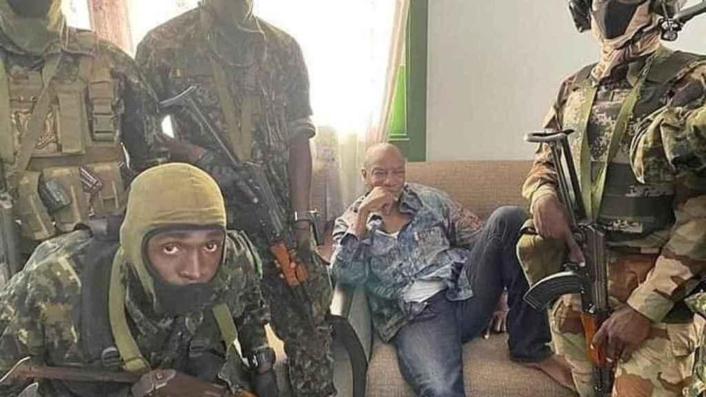 El presidente de Guinea Conakry, Alpha Conde, rodeado por militares que le han detenido.
