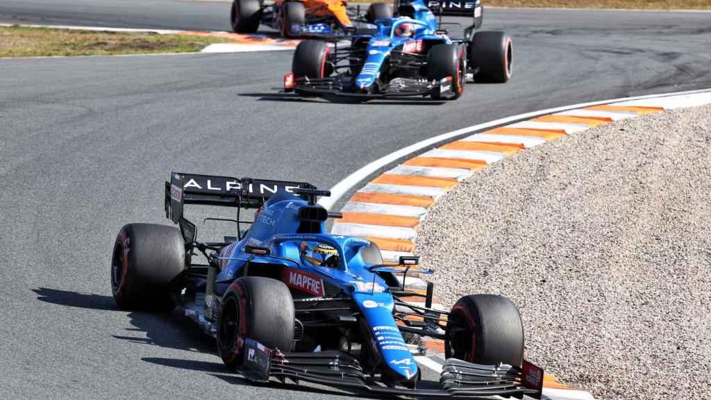 Fernando Alonso rodando por delante de Ocon en Zandvoort