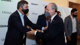 El presidente para Europa de la compañía, Martín Umarán, saluda al alcalde