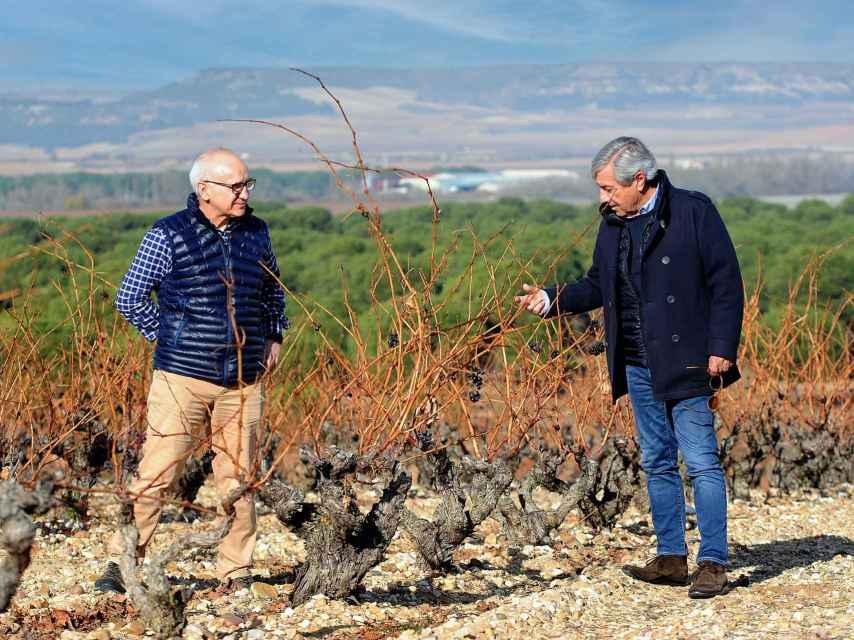 Fernando Remírez de Ganuza y Pedro Aibar en el viñedo.