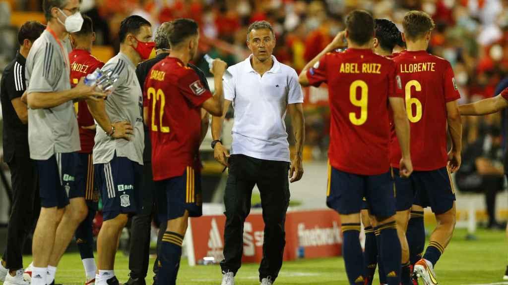 Luis Enrique da indicaciones a sus jugadores en el partido contra Georgia