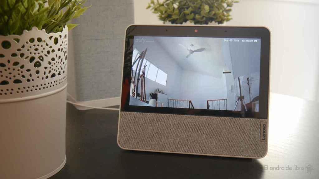 Cámara mostrando imagen en una pantalla inteligente