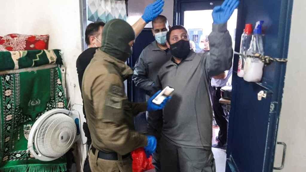 Personal de seguridad israelí inspecciona una celda en la prisión de Gilboa tras la huida.