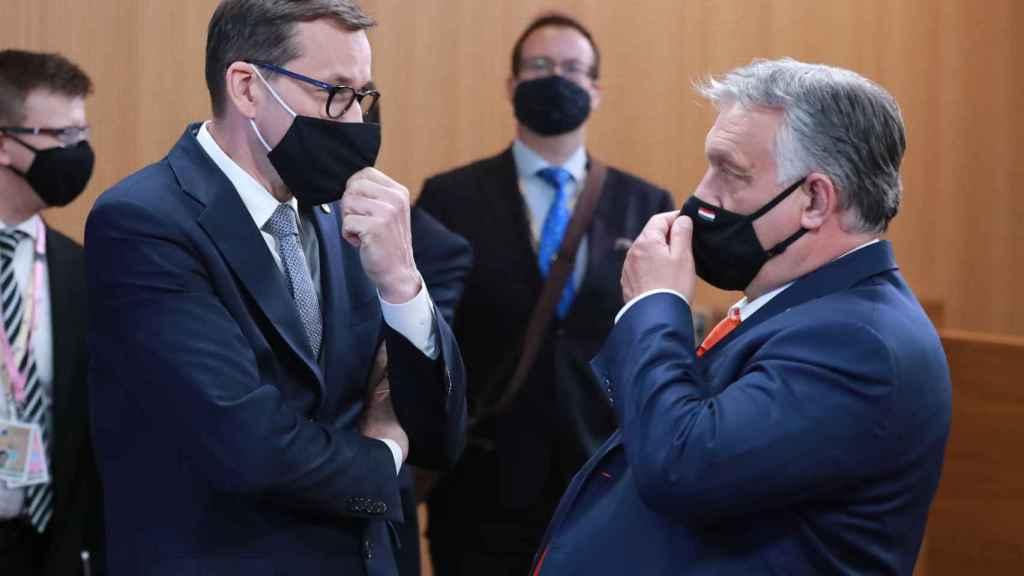 El polaco Mateusz Morawiecki y el húngaro Viktor Orban conversan durante el último Consejo Europeo de junio en Bruselas