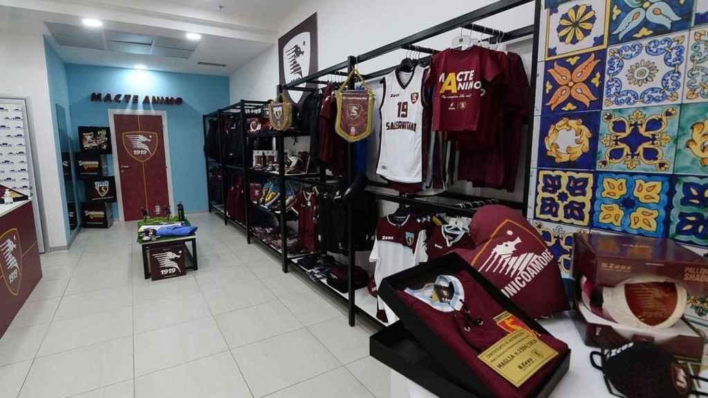 Imagen de la tienda del club con artículos históricos de la Salernitana