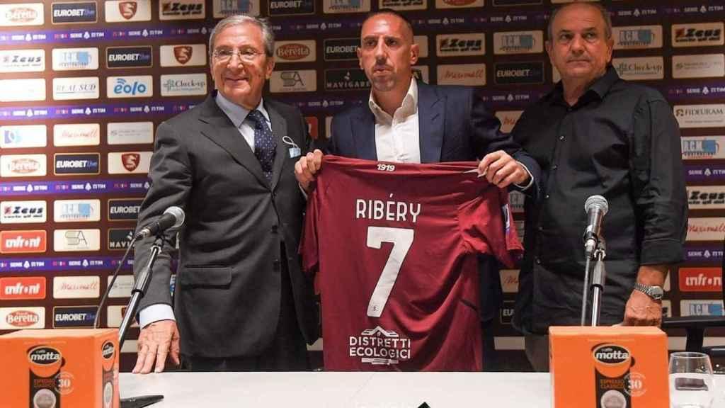 Franck Ribéry en su presentación con la Salernitana