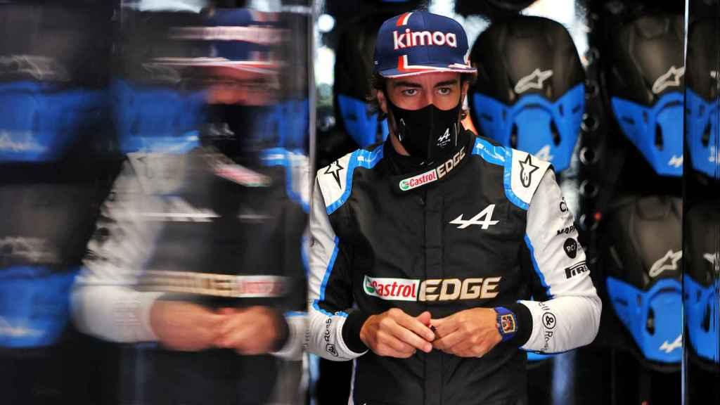 Fernando Alonso en el box del equipo Alpine