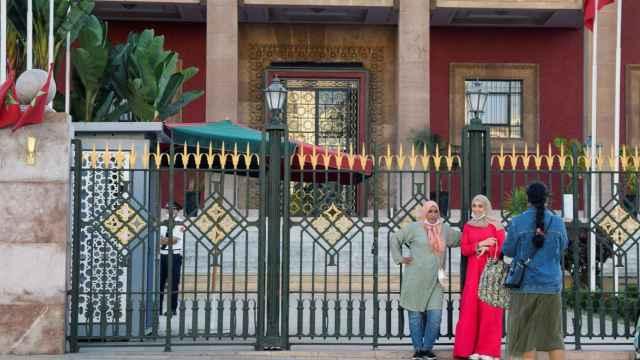 Dos mujeres posan junto a la sede del Parlamento marroquí en el centro de la capital Rabat, este domingo.