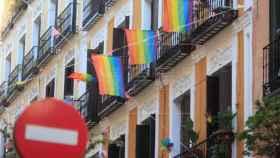 Banderas LGBTI en balcones de Malasaña.