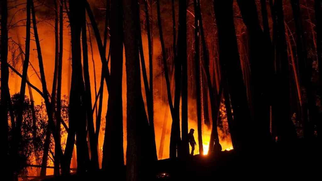 Trabajos durante la noche para apagar el incendio forestal en el municipio lucense de Ribas de Sil.