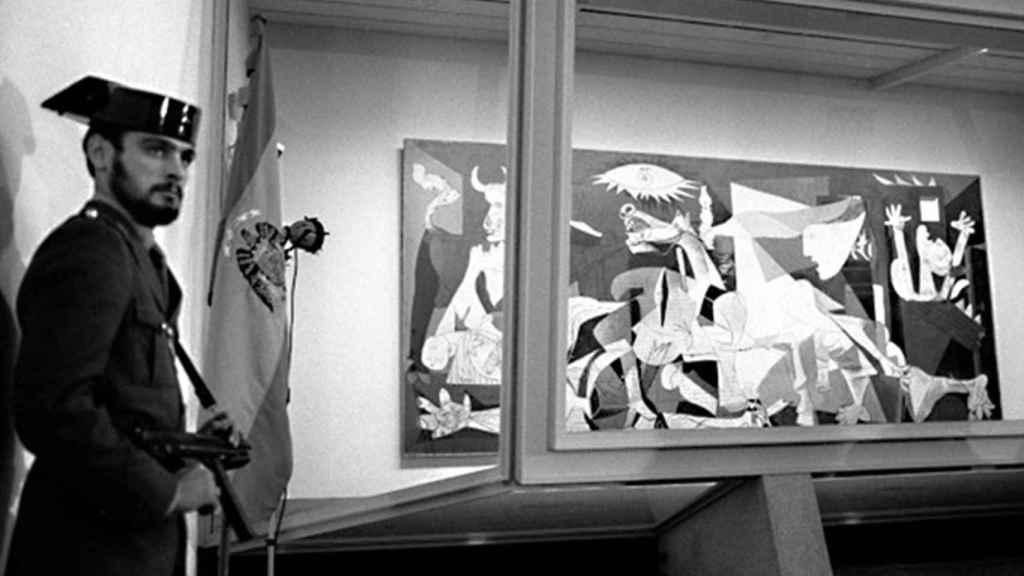 Una foto del 'Guernica' de Picasso, protegido con un cristal antibalas.