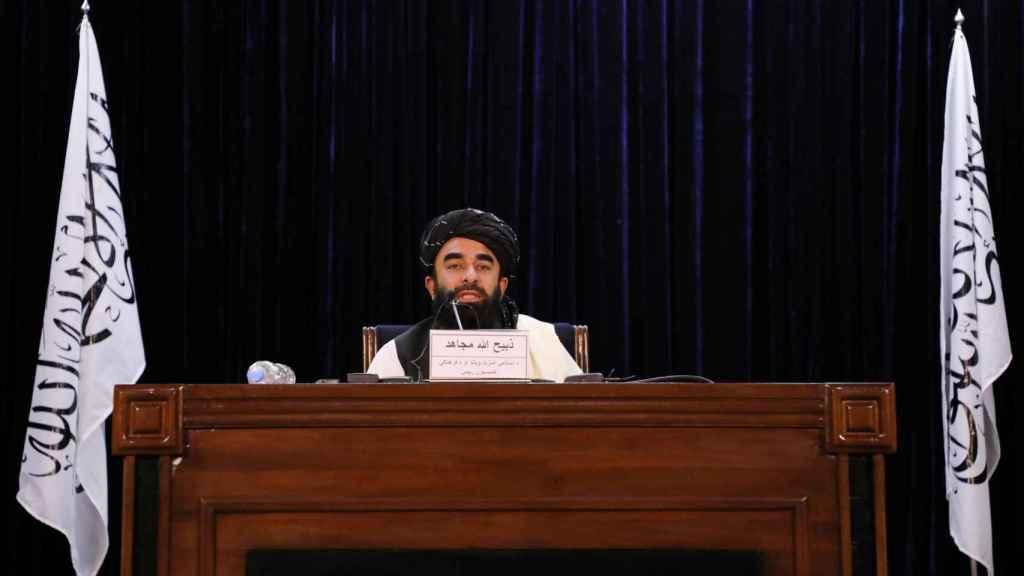 El portavoz de los talibanes, Zabihullah Mujahid, anuncia el nuevo gobierno en Kabul.