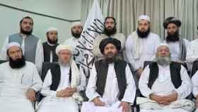 El nuevo presidente afgano, el mulá Hassan Akhund, en el centro.