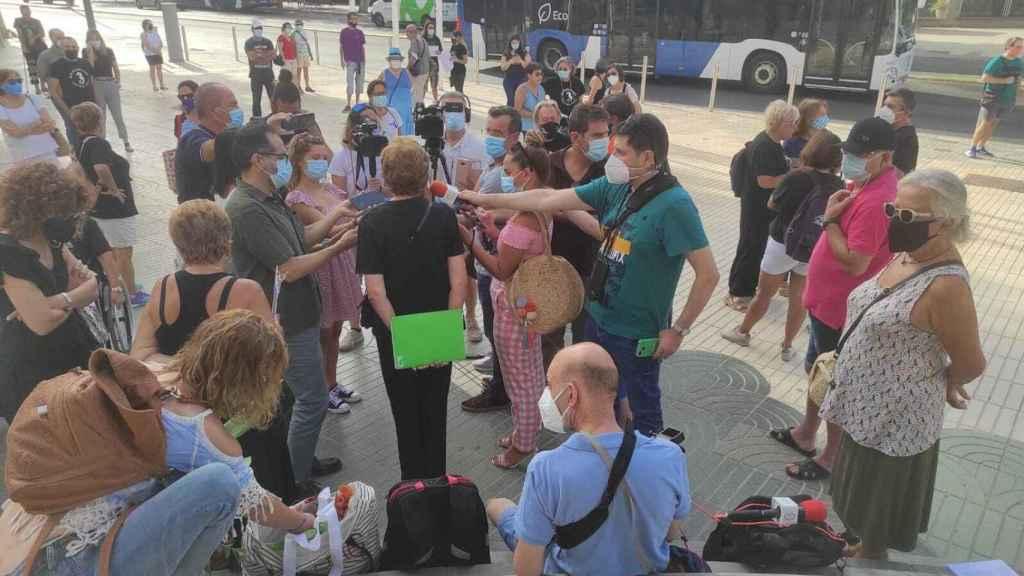 Un grupo de periodistas preguntando por la campaña de firmas a los activistas.