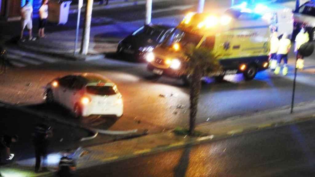 Farola arrancada e intervención de Policía y ambulancia en la avenida Pablo Picasso de Talavera