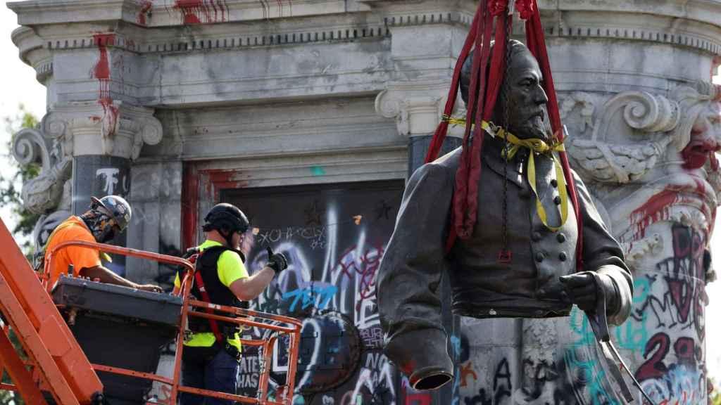 Otra imagen de los operarios retirando la estatua.