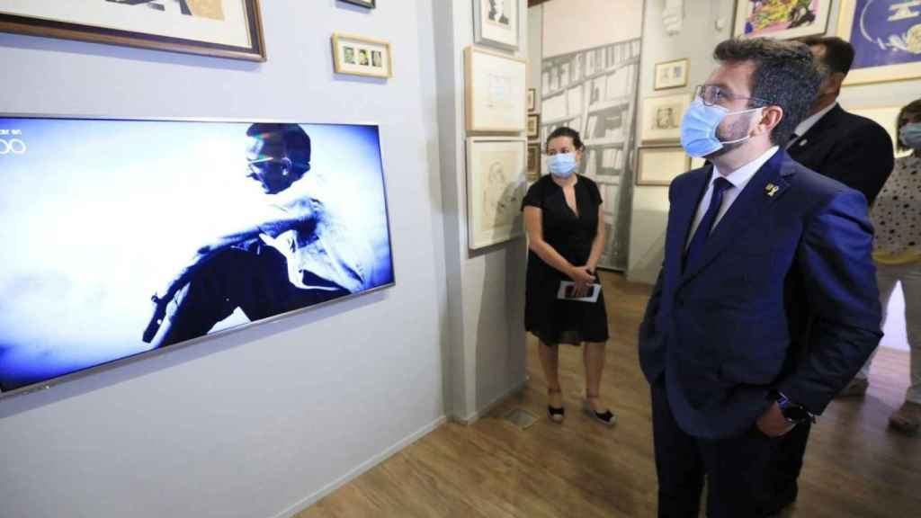 Pere Aragonès, en su visita al museo de Joan Fuster. EE