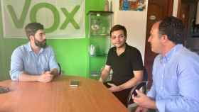 El joven agredido, en el centro, reunido con dirigentes de Vox