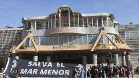 Pancarta desplegada este miércoles en la Asamblea Regional para salvar el Mar Menor.