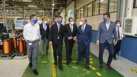 El consejero Marcano, segundo de derecha a izquierda en primer plano, dialoga con directivos de la empresa durante una visita a las instalaciones de Seg Automotive..