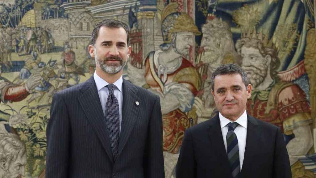 El vocal José María Macías, junto a Felipe VI.