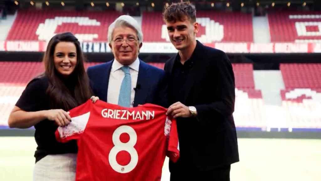 Griezmann, en su presentación con el Atleti junto a Enrique Cerezo y su esposa