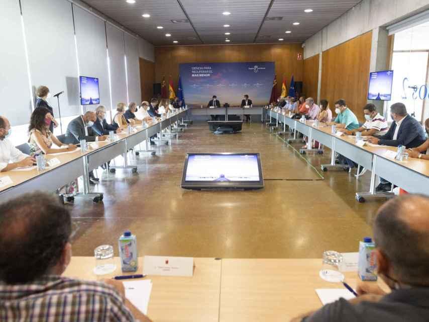 Fernando López Miras presidió este lunes un foro con científicos para abordar la crisis ambiental del Mar Menor.