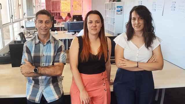 Clara Torrijos, cofundadora y CEO de GoKoan, junto a los también fundadores Miguel Ángel Ballesteros y Elena Cebadera.