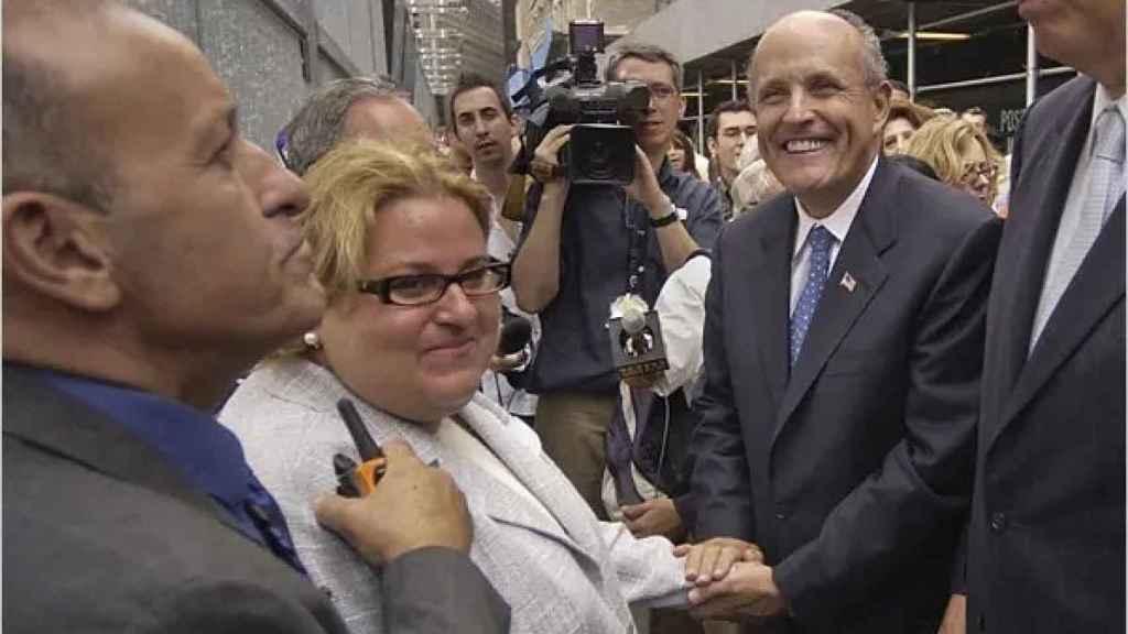 Tania Head junto a Rudy Giuliani (entonces alcalde de Nueva York) en una imagen de 2005.
