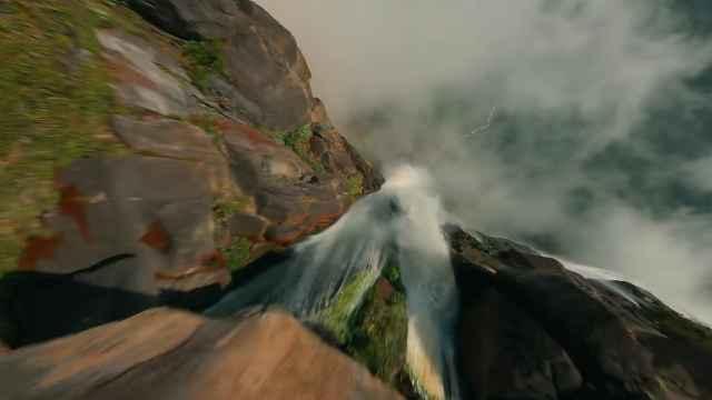 Dron graba la caída de una catarata