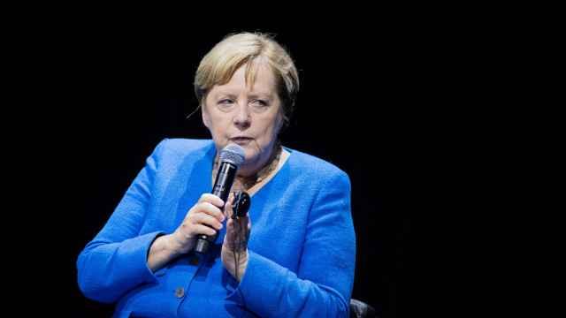Angela Merkel durante el panel de debate con Chimamanda Ngozi.