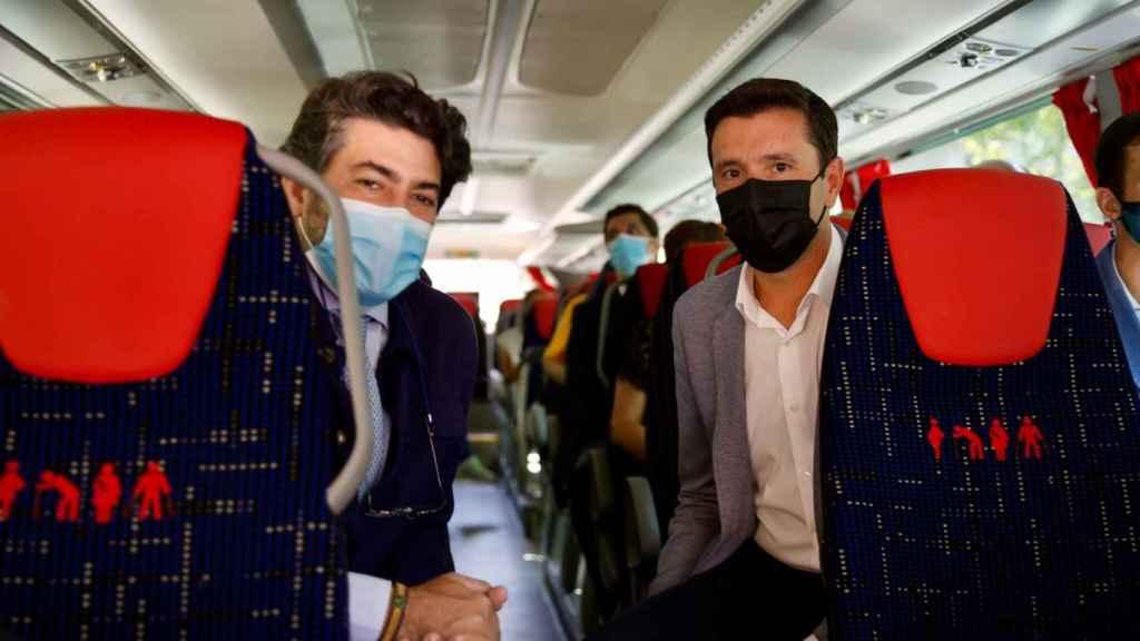 El consejero David Pérez y el alcalde de Valdemorillo, Santiago Villena, montados en el bus inteligente.