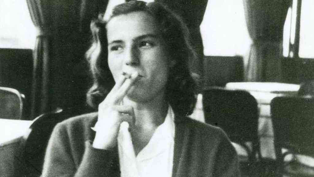 La escritora fuma un cigarrillo de joven.