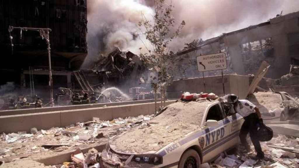 Un coche de Policía, tras los atentados contras las torres.