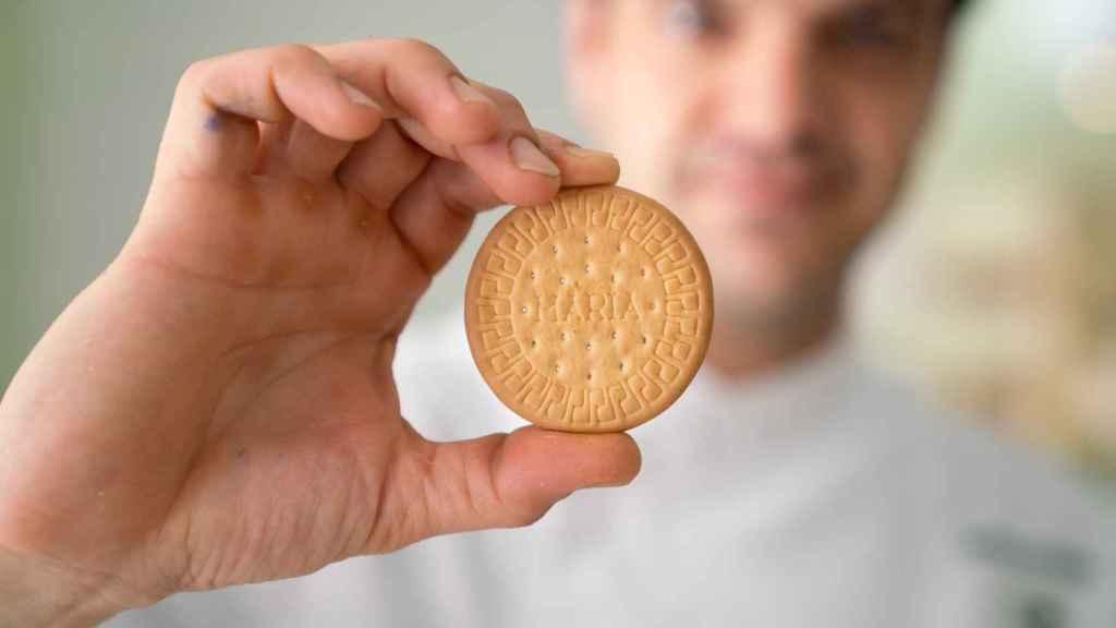 El experto repostero Samuel Serrano sujeta una de la galletas María probadas.