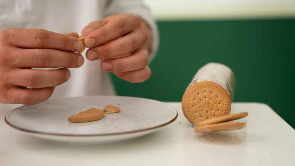 Al abrir cada paquete, Samuel parte una galleta María para analizar su estructura.