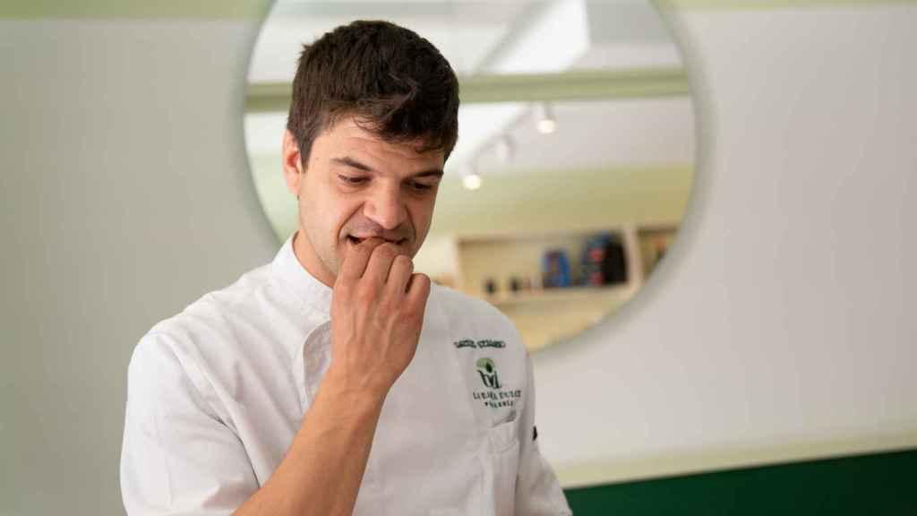 El pastelero Samuel Serrano, probando una de las galletas María durante la cata.