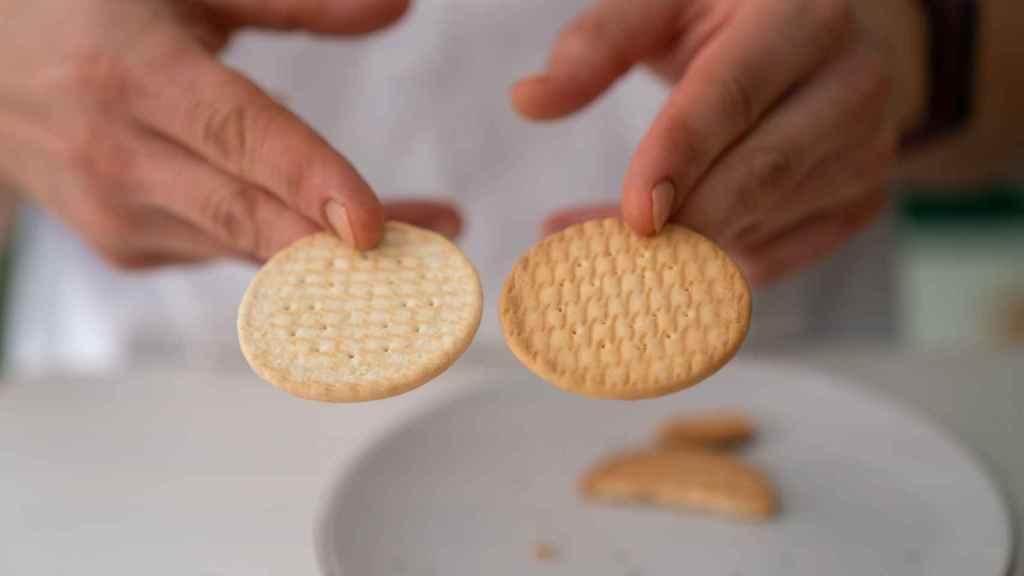 A la izquierda, la galleta María de Carrefour y, a la derecha, la de otra marca.
