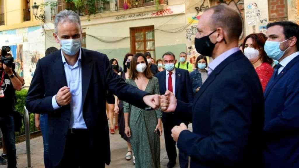 Illueca saluda a Dalmau, su antecesor, ante la presencia de los ministros Ione Belarra y Alberto Garzón. EE