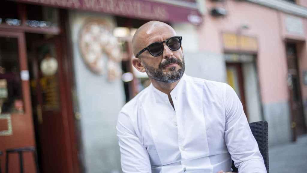 De los Santos toma café en una terraza de Malasaña. Le gusta el americano. No bebe alcohol.
